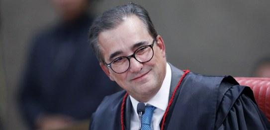 Ministro Admar Gonzaga é homenageado em sua última sessão no TSE