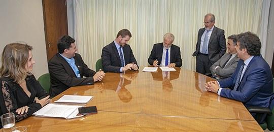 TRE-PR assina parceria com IPRADE para capacitação para a cidadania