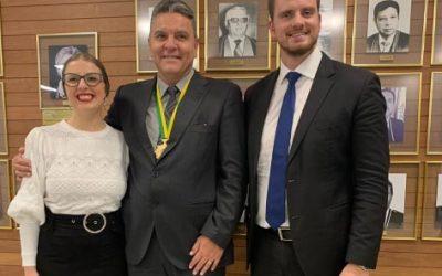 Presidente do Iprade faz discursos em homenagem a Desembargador Xisto, mais novo condecorado com a Medalha do Mérito Eleitoral das Araucárias
